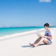 海でパソコンMIYAKO85_kaisuiyokjyounomado20140726500