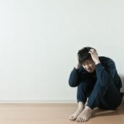 部屋の隅で頭抱え込む男PAK93_taikusuwariatama20140322600